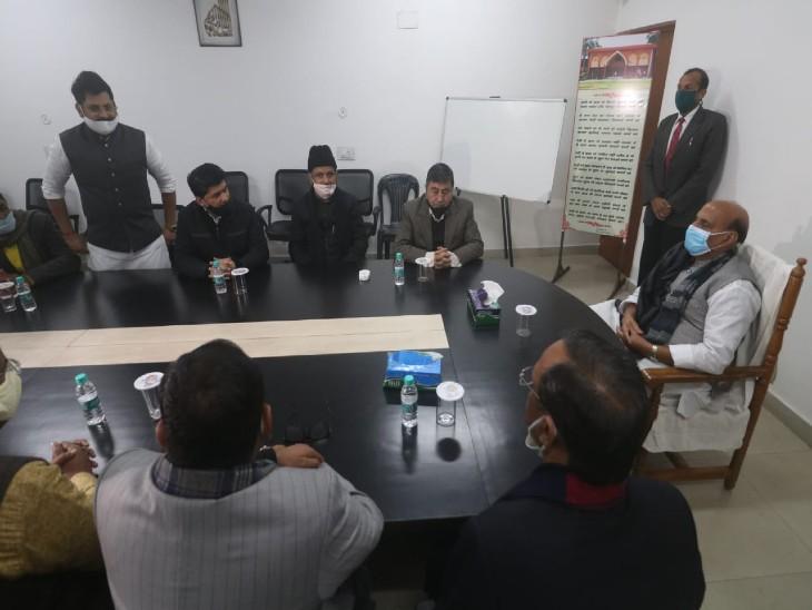 राजनाथ ने मुस्लिम धर्मगुरु कल्बे सादिक के परिजनों से की मुलाकात, कहा- कोरोना के खिलाफ लड़ाई में मेडिकल स्टॉफ का अहम योगदान|उत्तरप्रदेश,Uttar Pradesh - Dainik Bhaskar