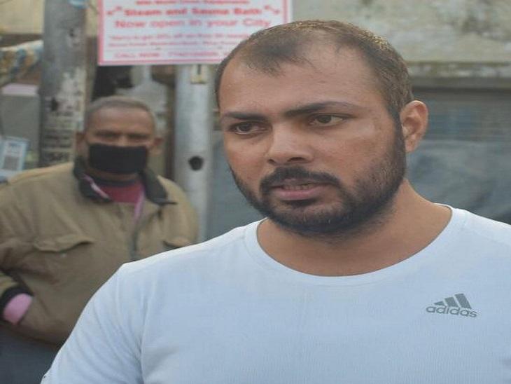 गोलीकांड की जानकारी देता अरुण का दोस्त मोनू।