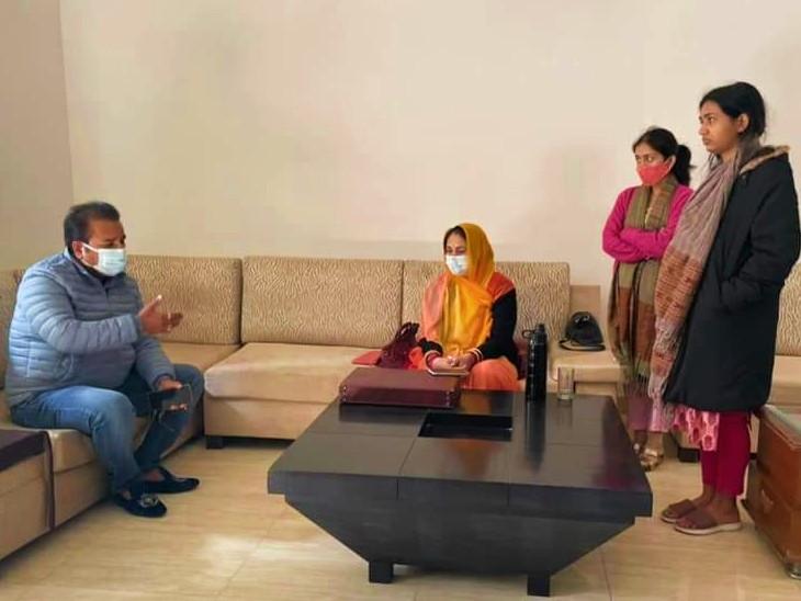 दिल्ली में परिवहन मंत्री प्रताप सिंह ने गजेंद्र सिंह शक्तावत के परिजनों से की मुलाकात।