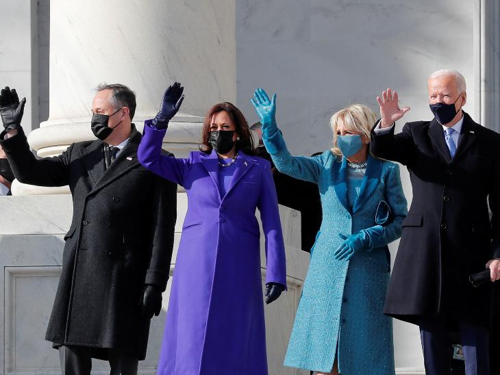 शपथ ग्रहण के लिए पहुंचे जो बाइडेन (सबसे दाएं), साथ में पत्नी जिल नजर आ रही हैं। कमला हैरिस पति डग एमहॉफ (सबसे बाएं) के साथ पहुंचीं।