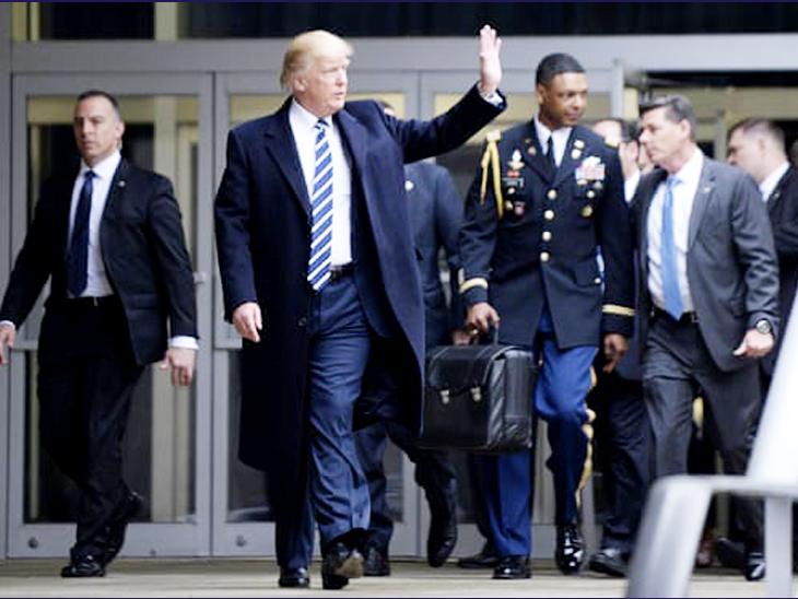 यह फोटो जनवरी 2017 की है। राष्ट्रपति डोनाल्ड ट्रम्प CIA हेडक्वार्टर से बाहर निकल रहे हैं। उनके पीछे ब्लैक ब्रीफकेस को सैनिक लिए हुए है। इसे न्यूक्लियर फुटबॉल भी कहते हैं, इसी में न्यूक्लियर लॉन्च कोड रखे होते हैं।