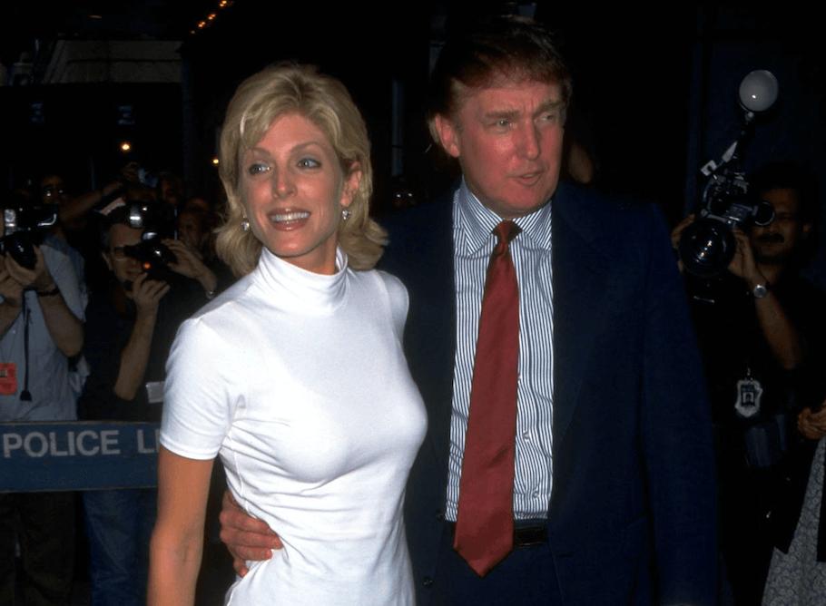 ट्रम्प अपनी दूसरी पत्नी मार्ला मेपल्स के साथ। इनकी शादी 1993 से 1999 तक चली। मार्ला ने कभी अपने नाम के साथ ट्रम्प नहीं लगाया। उन्हें तलाक से 16 मिलियन डॉलर (118 करोड़ रुपए) मिले। दोनों की एक बेटी है- टिफनी ट्रम्प।