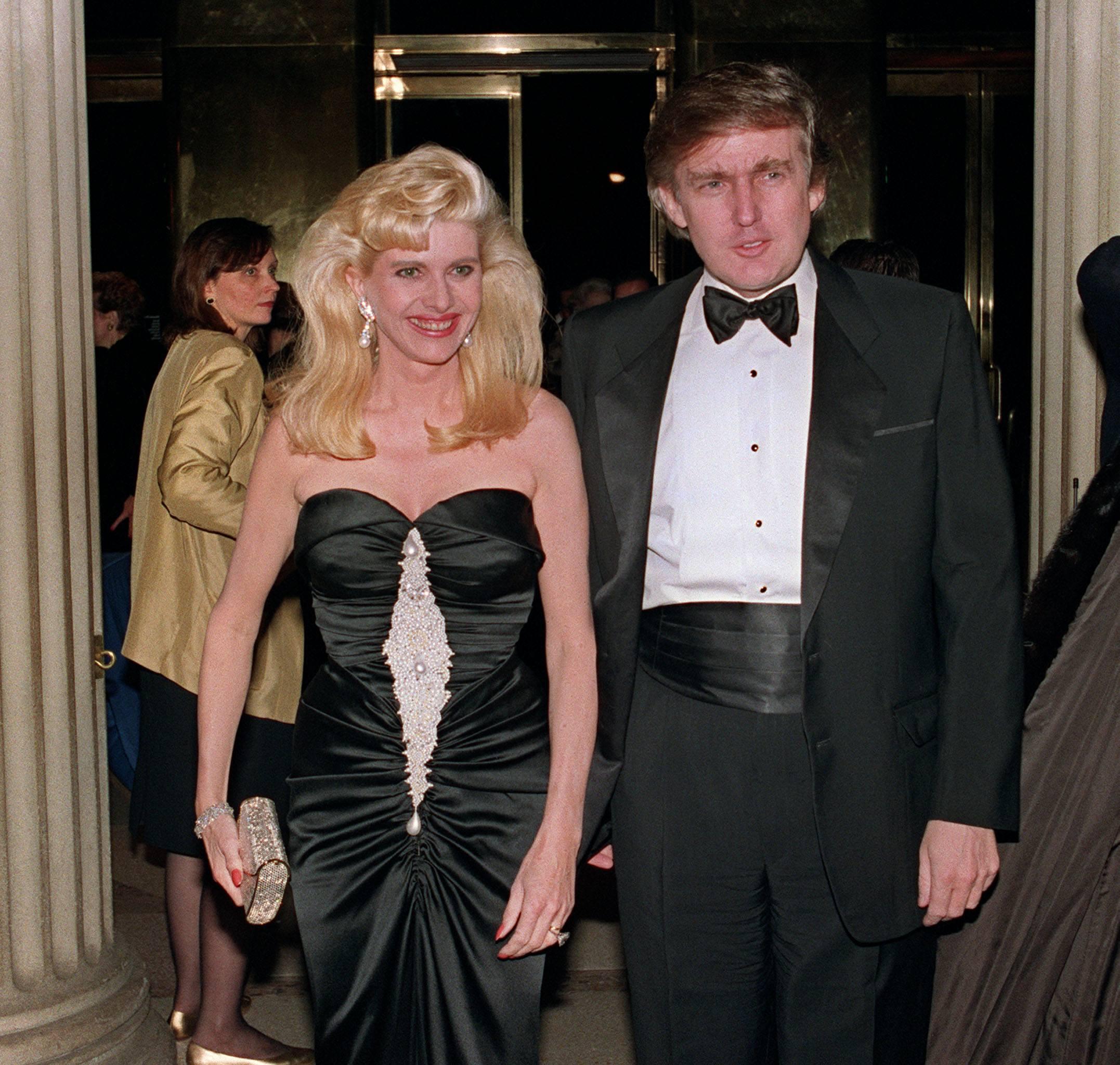ट्रम्प अपनी पहली पत्नी इवाना के साथ। यह रिश्ता 1977 से 1992 तक 15 साल चला। इवाना के साथ ट्रम्प के अफेयर की वजह से तलाक हुआ। इवाना को 14 मिलियन डॉलर (103 करोड़ रुपए) मिले थे। इवाना से ट्रम्प को तीन बच्चे हैं- एरिक, डोनाल्ड जूनियर और इवांका।