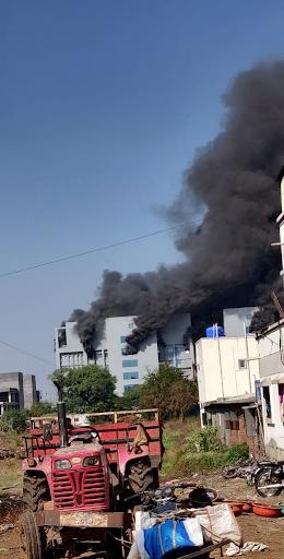 सीरम की जिस इमारत में आग लगी, उससे उठता धुआं काफी दूर तक देखा गया।