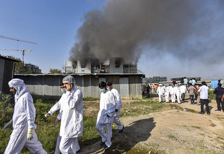 गुरुवार दोपहर मंजरी प्लांट में आग लगने के बाद यहां काम कर रहे लोगों को बाहर निकाला गया।