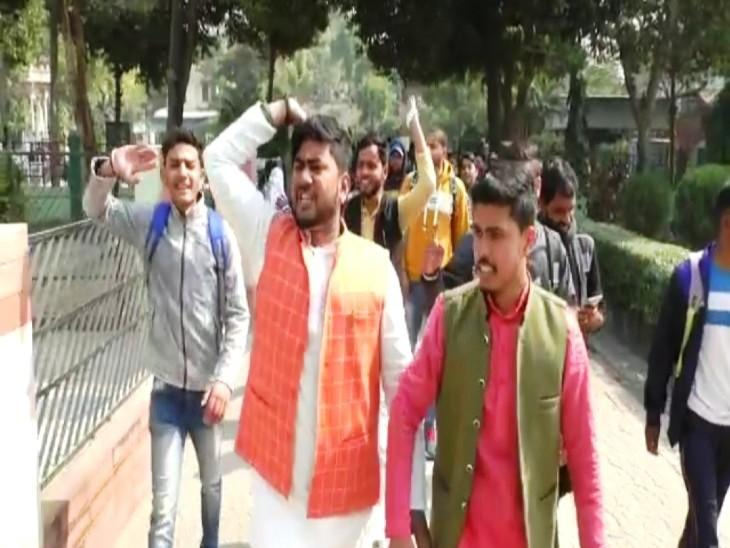 महात्मा गांधी काशी विद्यापीठ के छात्रों का हंगामा, हॉस्टल के कमरों से PAC को हटाने की मांग को लेकर अड़े|वाराणसी,Varanasi - Dainik Bhaskar