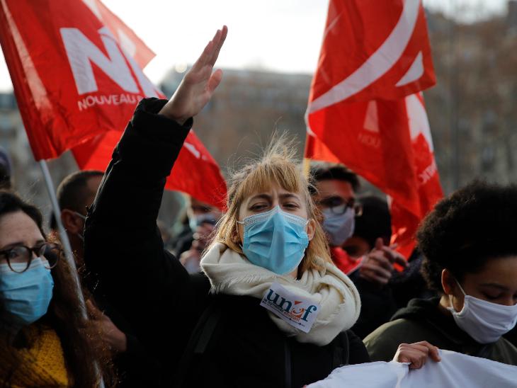 कोरोना की वजह से आर्थिक संकट से जूझ रहे स्टूडेंट्स सूसाइड करने को मजबूर हैं। इस ओर सरकार का ध्यान खींचने के लिए पेरिस में प्रदर्शन करते फ्रेंच यूनिवर्सिटी के स्टूडेंट्स।