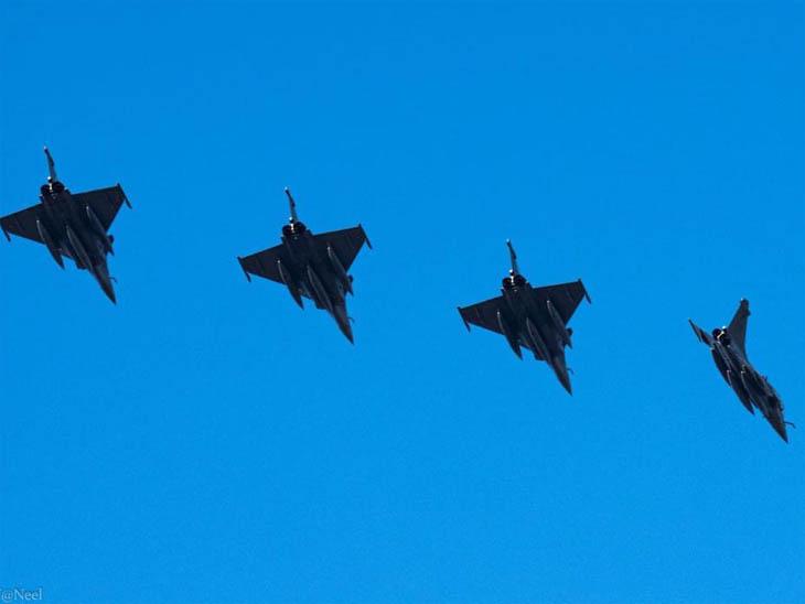 जोधपुर के आसमान में पैंतरेबाजी करते राफेल फाइटर्स।
