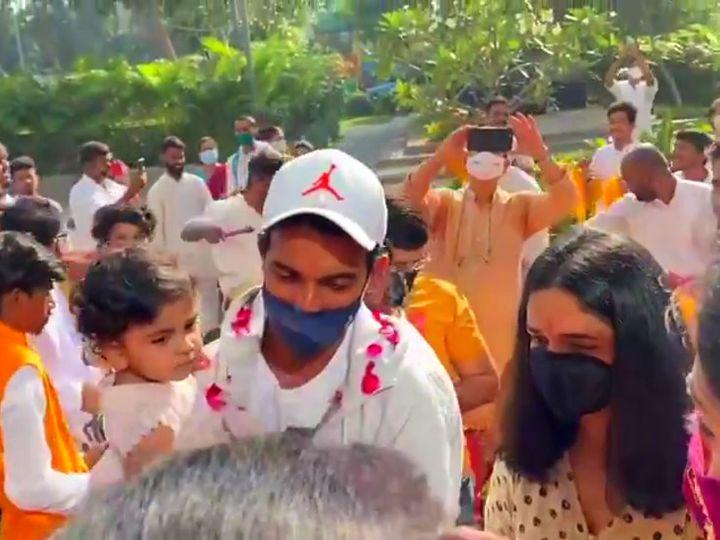 मुंबई में रहाणे के स्वागत के लिए सुबह से ही फैंस उनके घर के बाहर मौजूद थे।