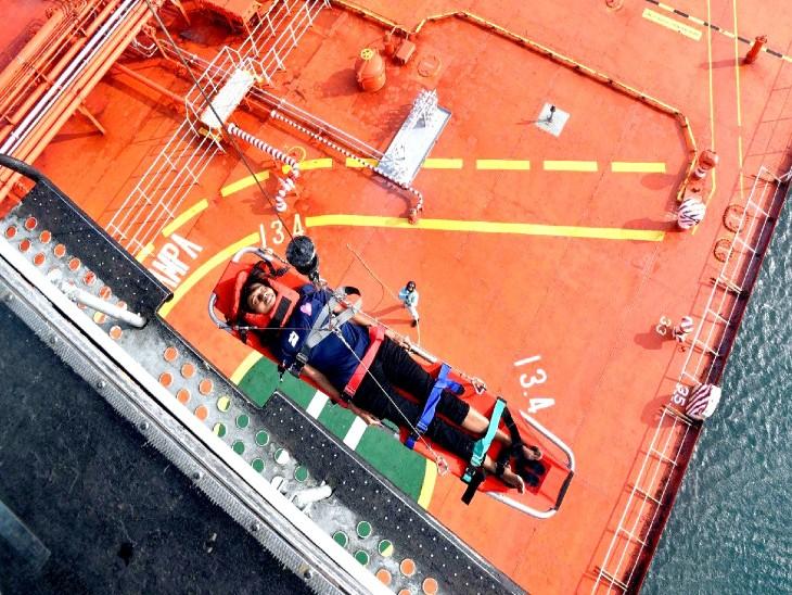 सिंगापुर के जहाज से मलेशियाई नागरिक को नेवी के हेलिकॉप्टर ने एयरलिफ्ट किया।