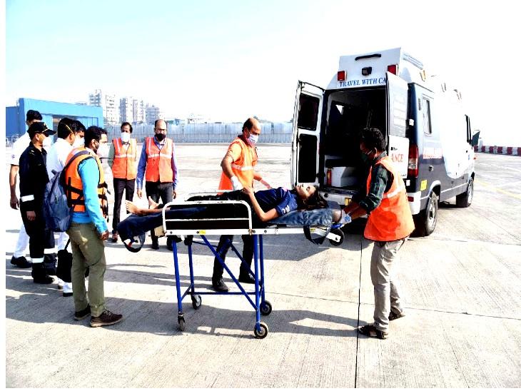 मरीज को समुद्र से बाहर लाने के बाद एंबुलेंस से अस्पताल भेजा गया। अब उसकी हालत ठीक है।