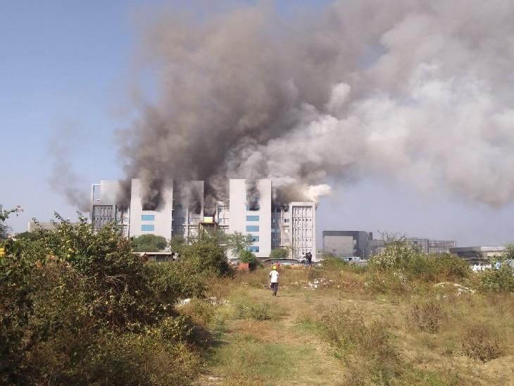 आग SII की इमारत के टर्मिनल-1 की चौथी और पांचवीं मंजिल पर लगी।