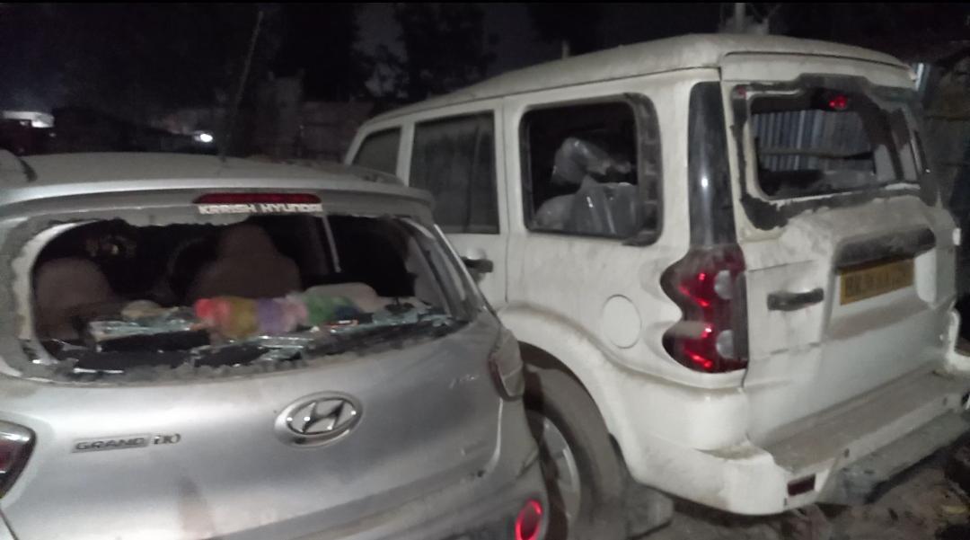 थाने में छात्रों द्वारा क्षतिग्रस्त की गई गाड़ियां।