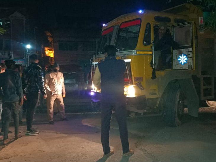 लोगों ने पीछाकर डंपर को रोका और ड्राइवर को पुलिस के हवाले कर दिया।