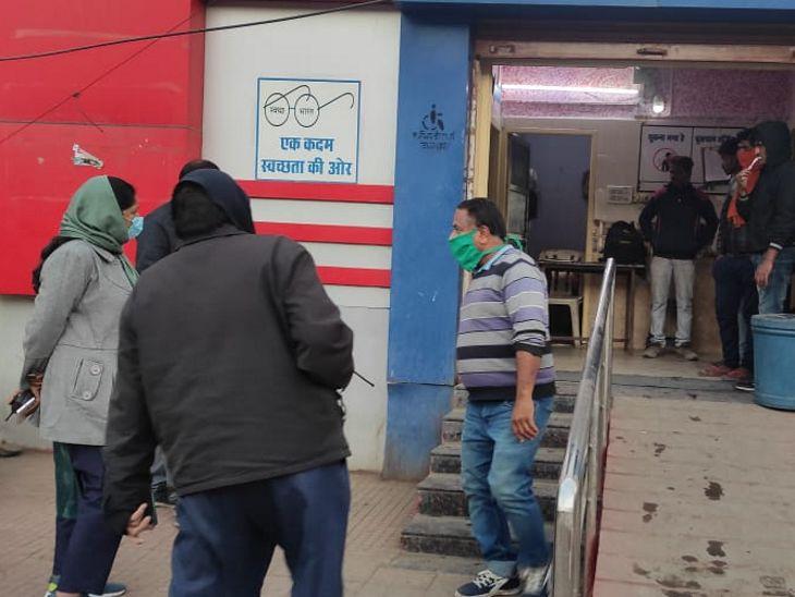 तीन इमली चौराहे पर स्थित सुलभ शौचालय के सीवरेज लाइन में लीकेज देख नाराज हुईं।