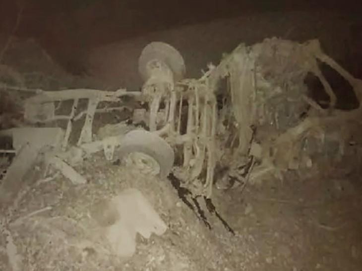 ये वही गाड़ी है, जिसमें विस्फोटक ले जाया जा रहा था। धमाके में गाड़ी के परखच्चे उड़ गए।