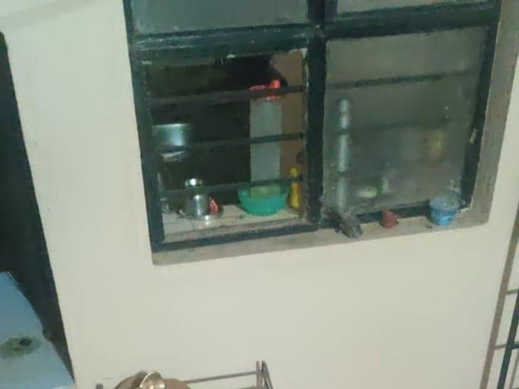 धमाके के बाद घरों की खिड़कियों के शीशे टूट गए। लोगों ने फोटो सोशल मीडिया पर पोस्ट की।