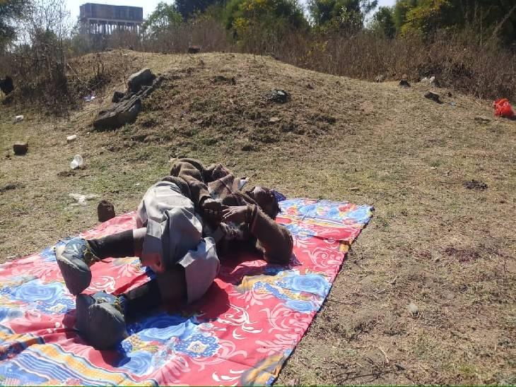 मुर्गी ग्राउंड में नगर निगम कर्मी अरविंद सिंह राजपूत की लाश के पास देर तक बिलखती रही पत्नी मनीषा
