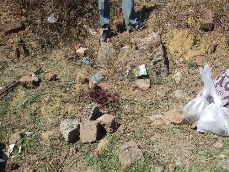 घटनास्थल पर बिखरा खून और हत्या में प्रयुक्त पत्थर आदि की की गई जब्ती