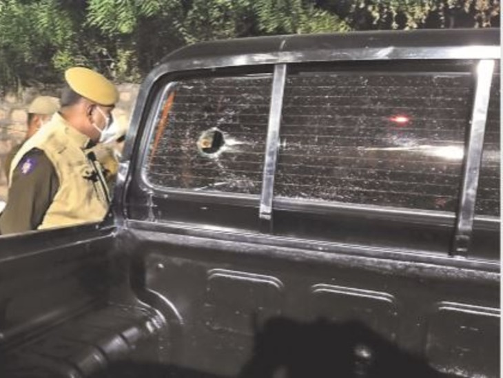 फायरिंग में एसयूवी के आगे दो और पीछे कांच पर एक गोली लगी।