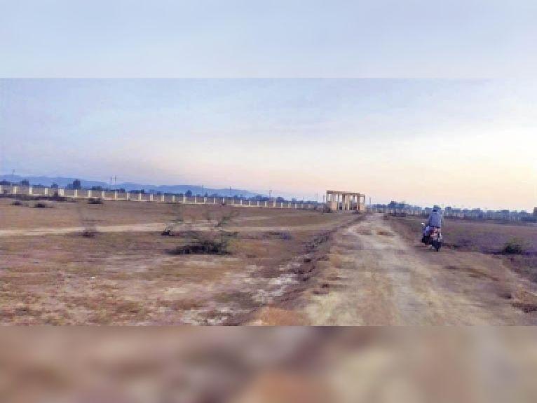 सैनिक स्कूल के लिए जिस जमीन के आवंटन के प्रस्ताव को मुख्यमंत्री ने मंजूरी दी, वह भूमि रिकॉर्ड में पहले से ब्रिक्स एग्रीकल्चर रिसर्च सेन्टर के नाम आरक्षित अलवर,Alwar - Dainik Bhaskar