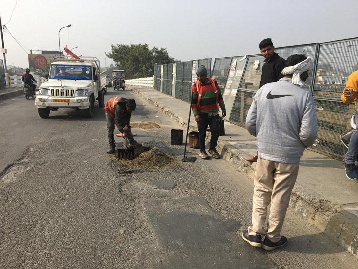 CM के आगमन के लिए असंध पुल पर पेचवर्क करते कर्मचारी।