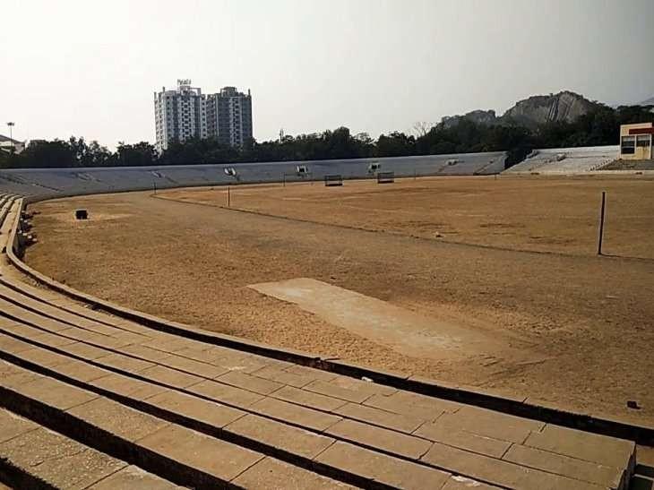 अलवर का यह इंदिरा गांधी स्टेडियम। जहां कोई दौड़ प्रतियोगिता नहीं है।