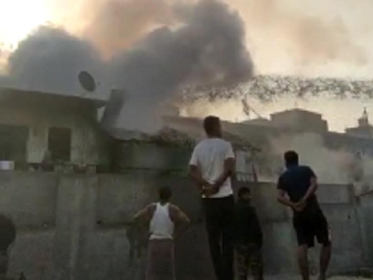 लोगों की भीड़ जुट गई, सुरक्षित तरीके से आग को बुझा लिया गया किसी को चोट नहीं आई।