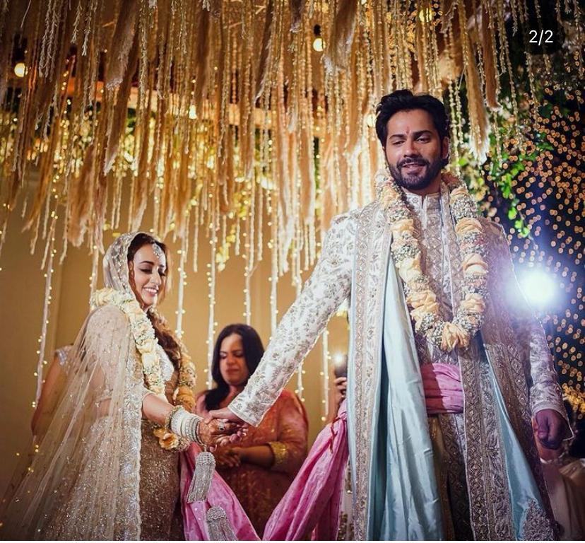 वरुण धवन और नताशा दलाल की शादी की तस्वीरें सामने आईं, जिनमें दोनों मंडप में बैठे और फेरे लेते नजर आ रहे हैं