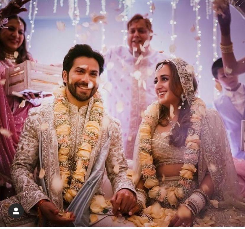 वरुण धवन और नताशा दलाल की शादी की तस्वीर, यह मंडप में वरमाला के बाद ली गई।