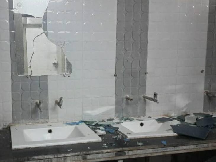 मेडिकल कॉलेज में हाॅस्टल नंबर तीन में बाथरूम में तोड़फोड़ का आंकलन कराने के बाद छात्रों से जुर्माना वसूला जाएगा