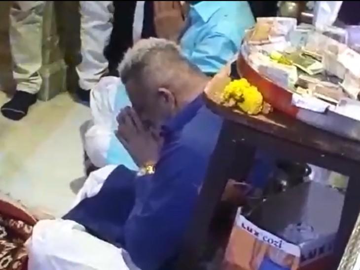 करीब 15 मिनट तक शीश झुकाकर बंद पट के सामने संजय दत्त ने प्रार्थना की।