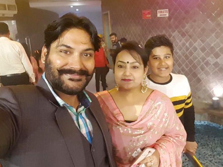अरुण बजाज अपनी वाइफ डॉली और बेटे युवराज के साथ।