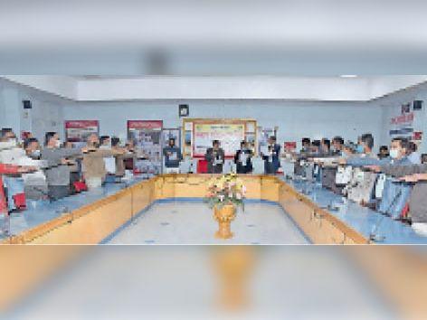 जिला मुख्यालय पर डीआरडीए हाल में 10 नए मतदाताओं को वोटर आईडी सौंपे गए|जैसलमेर,Jaisalmer - Dainik Bhaskar