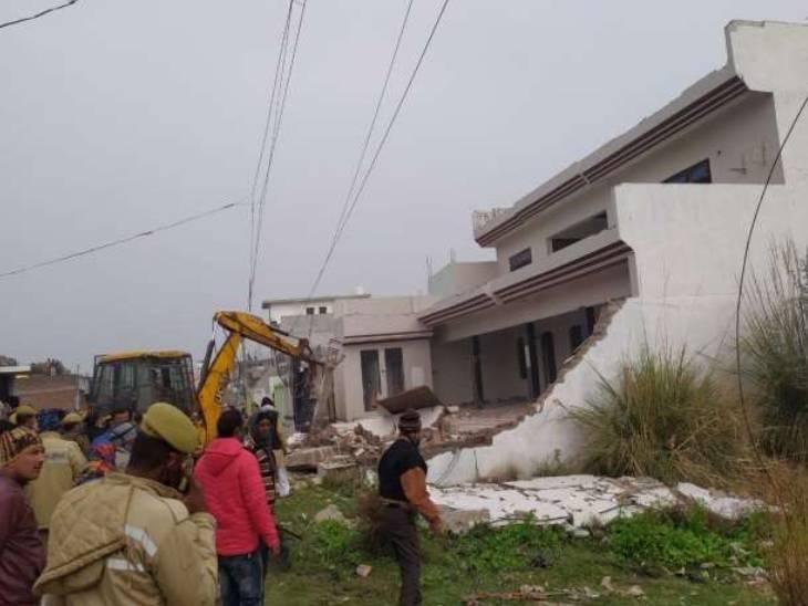 प्रयागराज में माफिया अतीक के गुर्गों के अवैध मकान ढहाए गए। अब तक सिर्फ प्रयागराज जिले में 49 माफिया पर इस तरह की कार्रवाई हुई है।