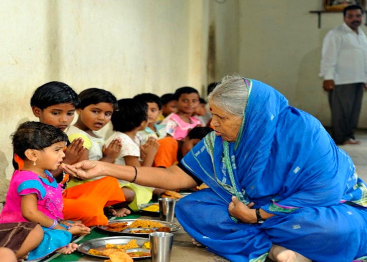 सिंधुताई के आश्रम में बच्चों को 'अनाथ' कहना वर्जित है। बच्चे उन्हें ताई(मां) कहकर पुकारते हैं। - Dainik Bhaskar