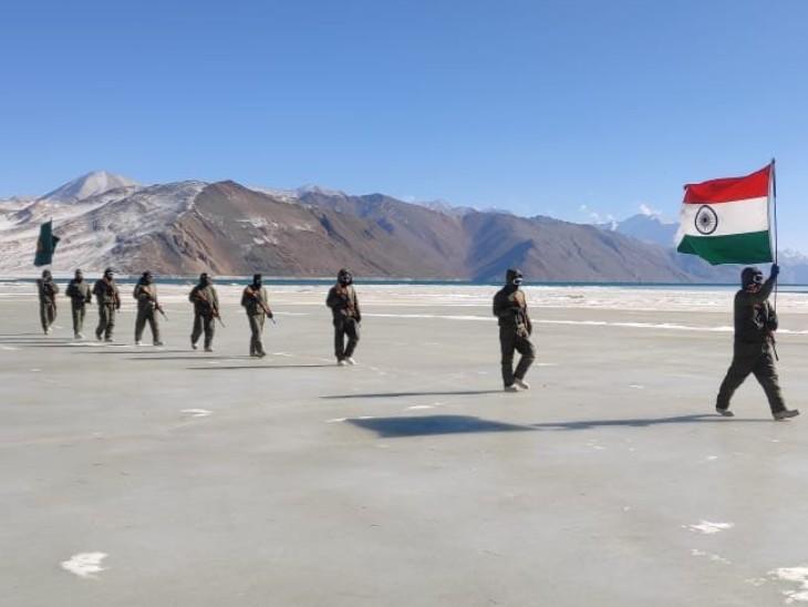 लद्दाख में भारत-चीन सीमा के पास तिरंगा लहराते सेना के जवान। ठंड के चलते यहां झील पूरी तरह से जम गई है। झील के ऊपर ही जवानों ने मार्च पास्ट किया।