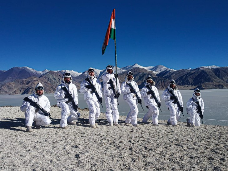 लद्दाख के पैंगोंग लेक के पास ITBP के जवानों ने तिरंगा लहराया। इस वक्त यहां का तापमान माइनस 20 डिग्री सेल्सियस है। जवानों ने जय हिंद और भारत माता की जय के नारे लगाए।