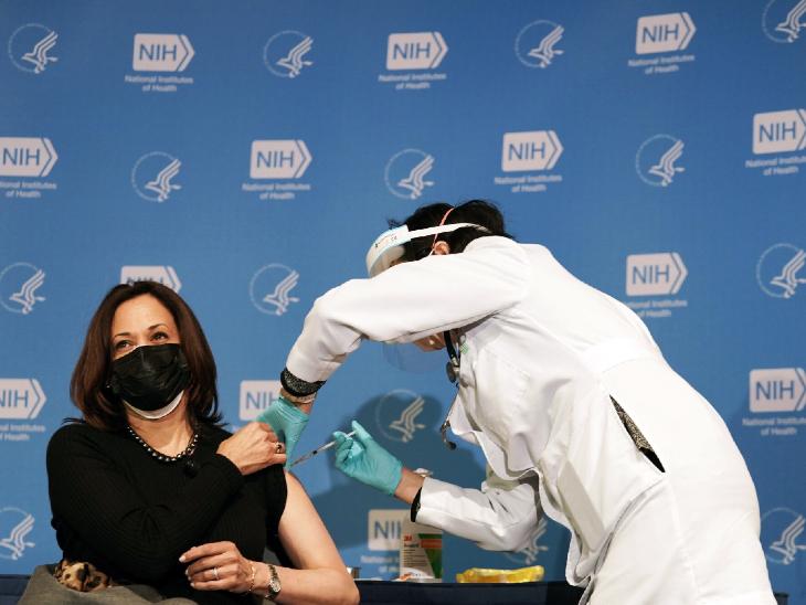 अमेरिका की वाइस प्रेसिडेंट कमला हैरिस ने मंगलवार को कोविड-19 वैक्सीन का दूसरा डोज लगवाया। कमला ने कहा- ज्यादा से ज्यादा अमेरिकियों को यह वैक्सीन लगवाना चाहिए।