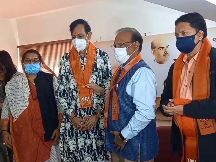 राजपीपला की रॉयल फैमिली 'गे' राजकुमार मानवेंद्र सिंह गोहिल भी बीजेपी में शामिल हुए।