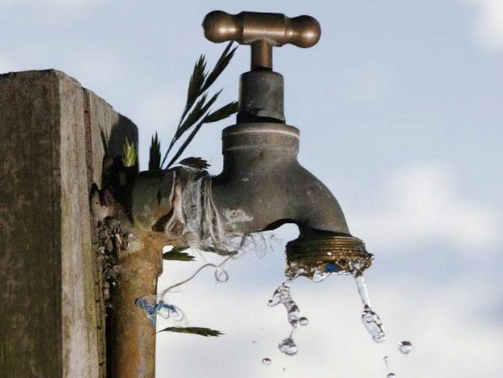 सड़क पर व्यर्थ पानी फैलाने वाले 11 लोगों पर स्पॉट फाइन, दूसरी बार ऐसा करते मिले तो देने होंगे दोगुने रुपए|इंदौर,Indore - Dainik Bhaskar