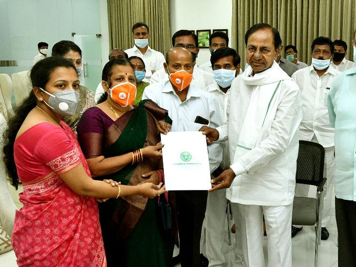 संतोषी को तेलंगाना सरकार ने डिप्टी कलेक्टर के पद पर पिछले साल अगस्त में ही नियुक्त कर दिया था।