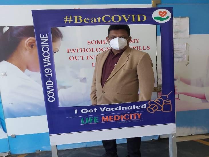 शहर के एक निजी अस्पताल में वैक्सीन लगवाने वालों के लिए सेल्फी प्वाइंट बनाया गया था