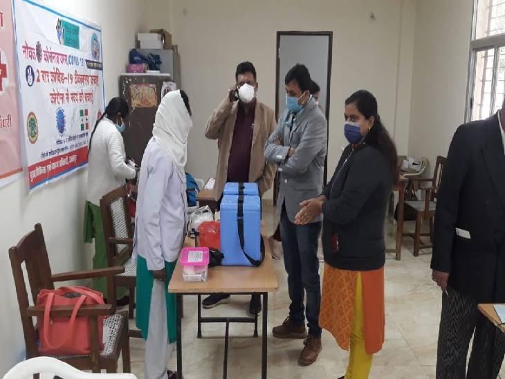 जिला टीकाकरण अधिकारी डॉक्टर शत्रुघन दाहिया एक वैक्सीनेशन सेंटर्स का निरीक्षण करते