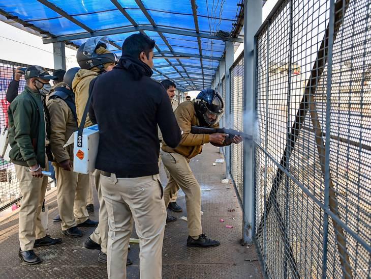 गाजीपुर बॉर्डर पर किसानों को रोकने के लिए दिल्ली पुलिस ने आंसू गैस के गोले दागे। हालांकि, किसान आगे बढ़ गए।
