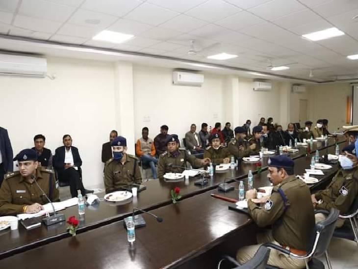 गृहमंत्री की कानून व्यवस्था की समीक्षा में मौजूद पुलिस के राजपत्रित अधिकारी