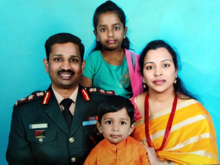 यह फोटो शहीद कर्नल संतोष बाबू के परिवार की है। इसमें वो, उनकी पत्नी संतोषी और दोनों बच्चे नजर आ रहे हैं। - Dainik Bhaskar
