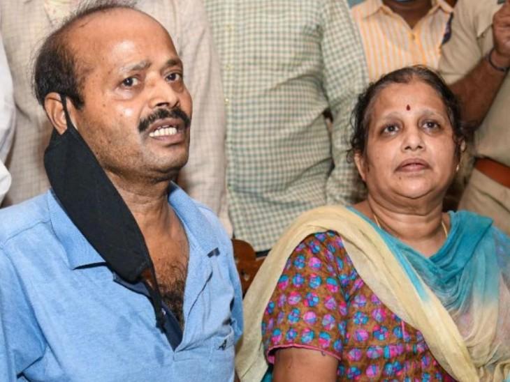 शहीद कर्नल संतोष बाबू के माता-पिता की फोटो।
