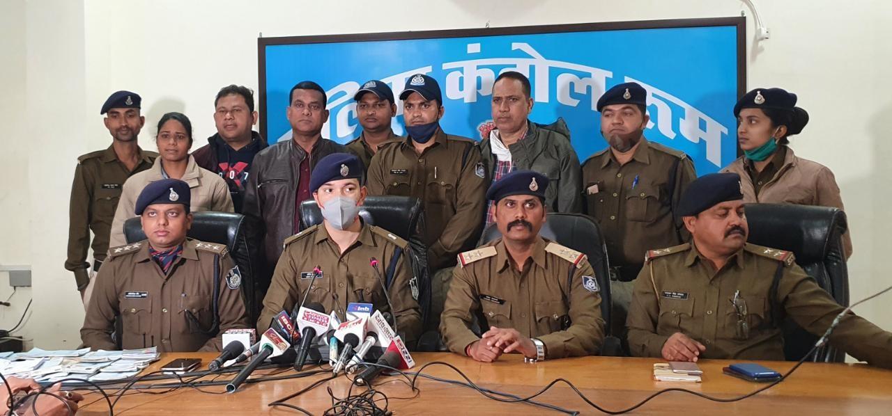 एएसपी सिटी अमित कुमार फर्जी जमानत कराने वाली गिरोह का खुलासा करते हुए।