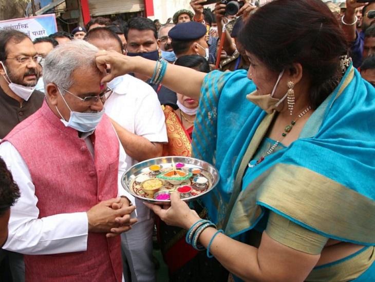 महिलाओं ने तिलक लगाकर उनका स्वागत किया। CM बघेल ने लोगों को शुभकामनाएं दी और 'छेरछेरा, कोठी के धान ल हेरहेरा' का उद्घोष किया।